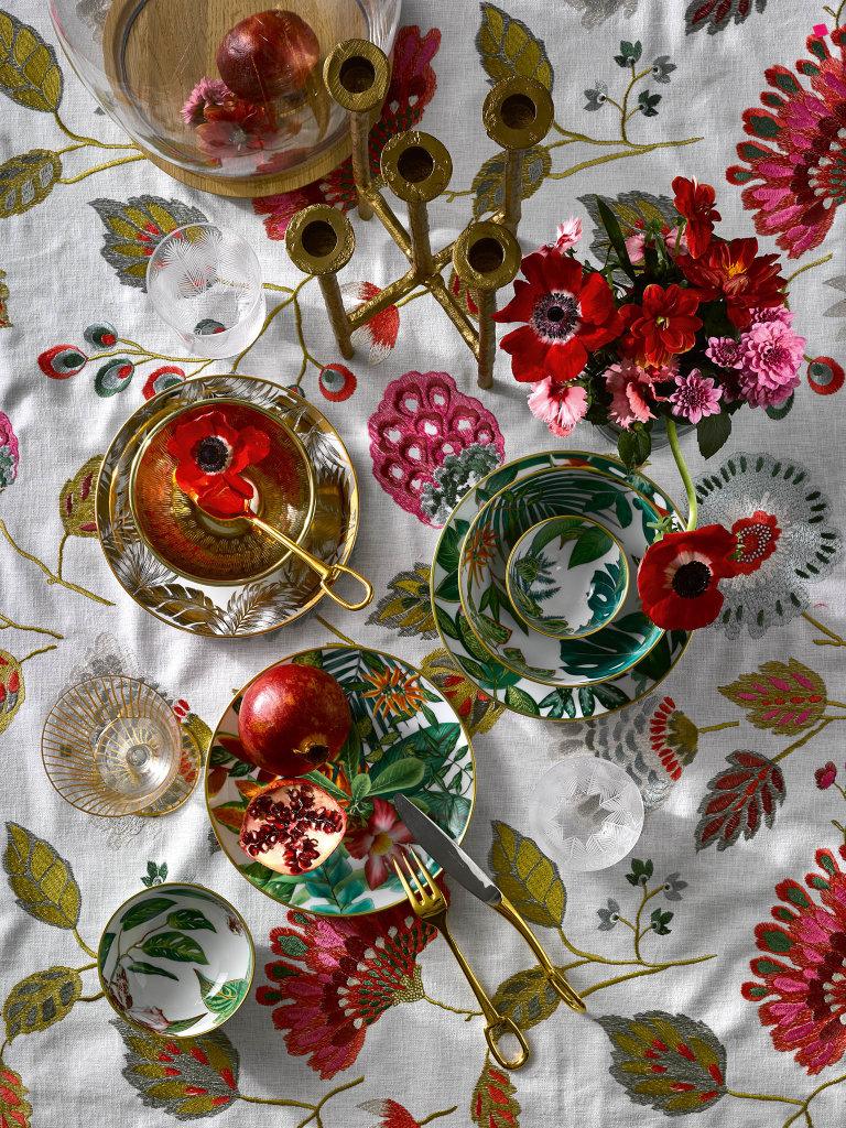 Porcelánové talíře a misky, kolekce Passifolia, Hermès, cena od 4550 Kč; pozlacené příbory, kolekce Grand Attelage, Hermès, cena od 5772 Kč; sklenice se zlatými proužky, Flamant, 600 Kč; zlatý talířek 299 Kč a zlatá miska 279 Kč, H&M Home; sklenička Feather, 200 ml, Rückl, 1399 Kč; zlatý svícen, Gert Snel, 990 Kč; skleněná dóza Tim Dome, Bomma, info o ceně v DeeLive; látka Mila Multico, Camengo, www.dreamhouse.cz, šířka 128 cm, 3178 Kč/m².