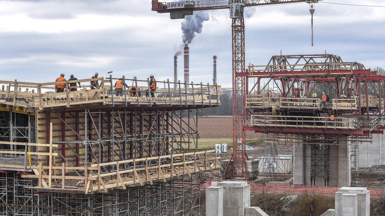 České stavebnictví bylo vletošním prvním čtvrtletí smeziročním růstem o2,1 procenta podle evropského statistického úřadu Eurostat mezi 26 zeměmi EU na 13. místě.