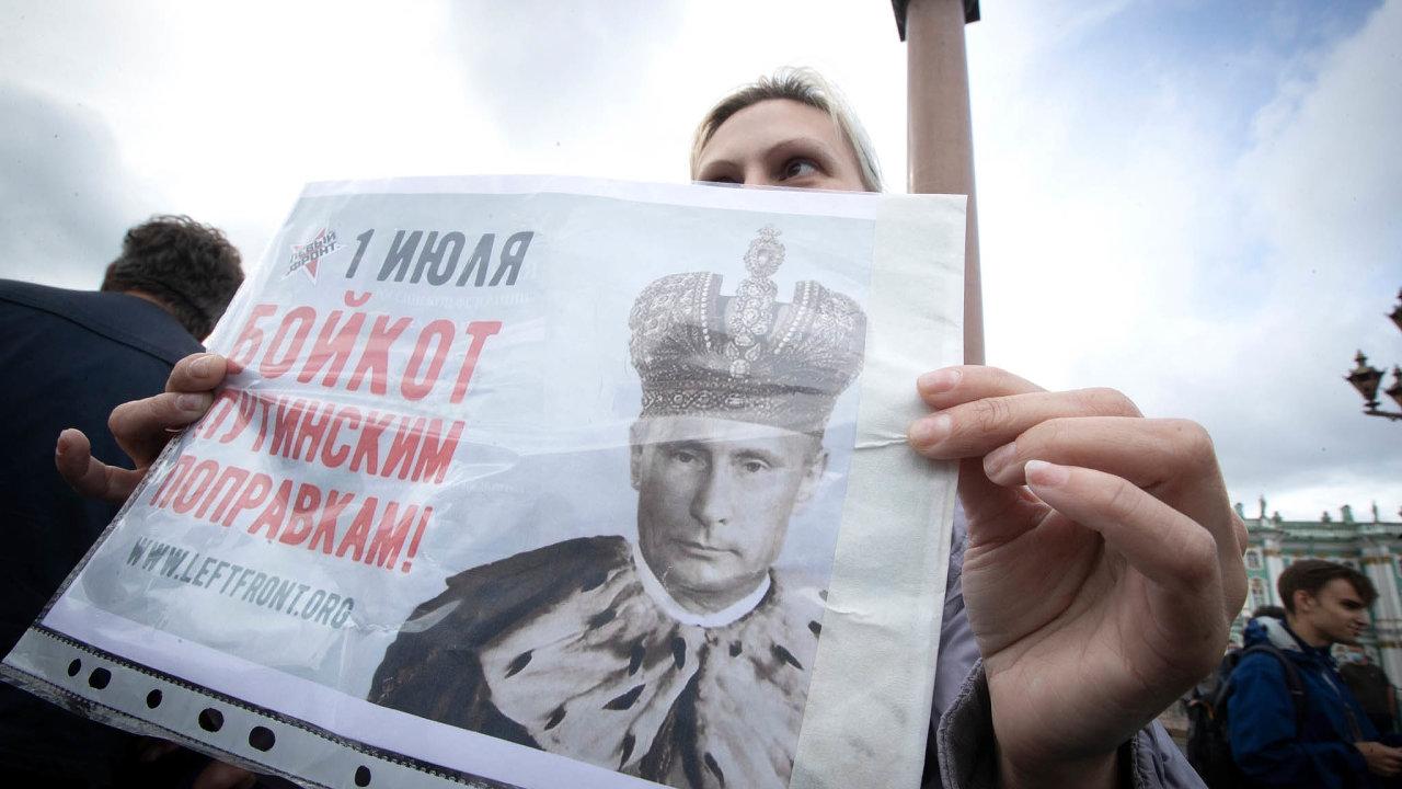 Kreml mobilizuje. Voliči hlasovali iopovinném zvyšování penzí či ozakotvení manželství jako svazku muže aženy. Jedna zprotestujících vPetrohradě nesla leták vyobrazující Putina jako monarchu.