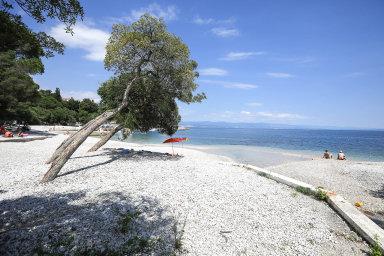 Chorvatsko nazačátku prázdnin: Poloprázdná pláž veměstě Crikvenica, asi 35 kilometrů jižně odRijeky.