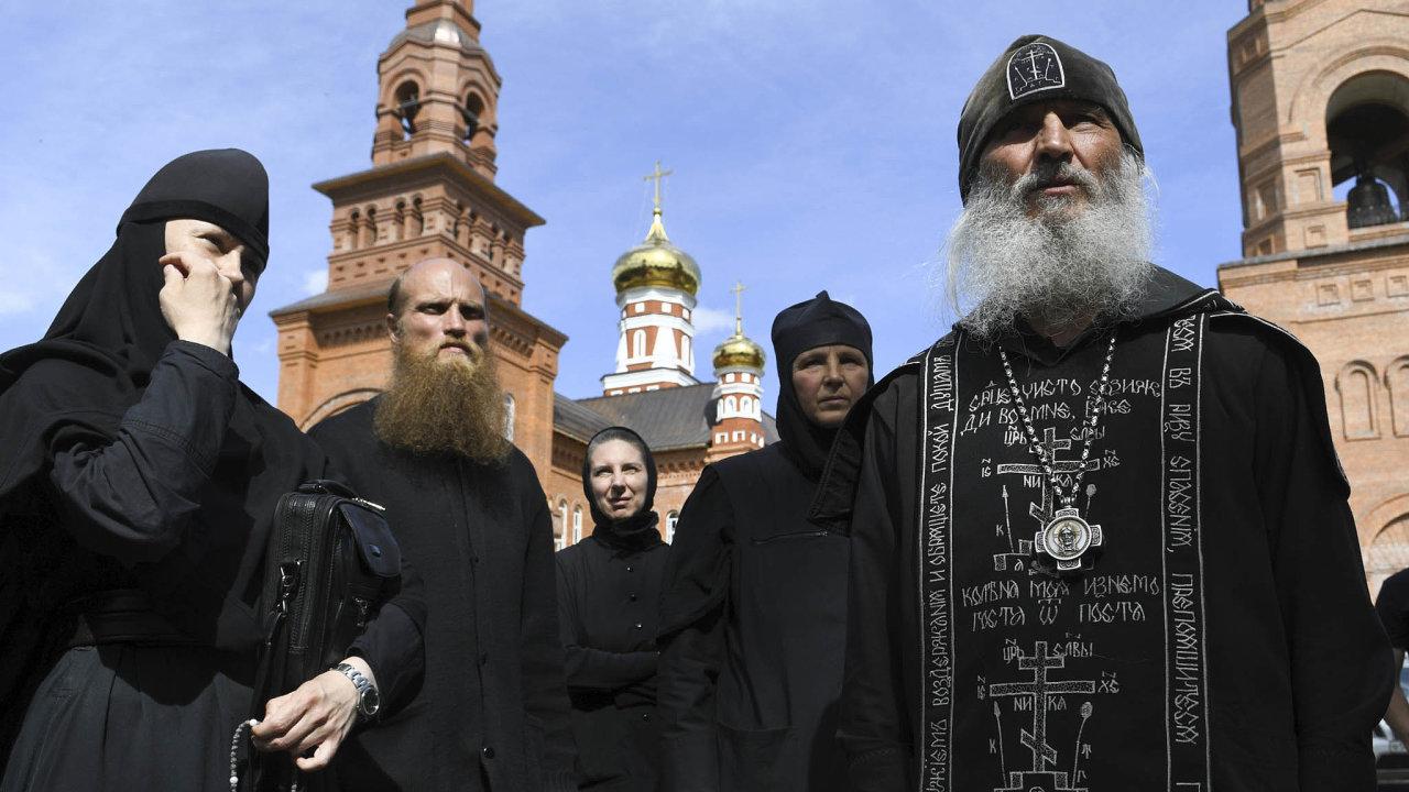 """Proti vládcům Ruska si už odstředověku dovolují vystupovat """"Boží blázni"""", jurodiví starci, jejichž chování se může zdát divné, mají ale řadu přívrženců. Tak jako nyní uralský otec Sergij (vpravo)."""