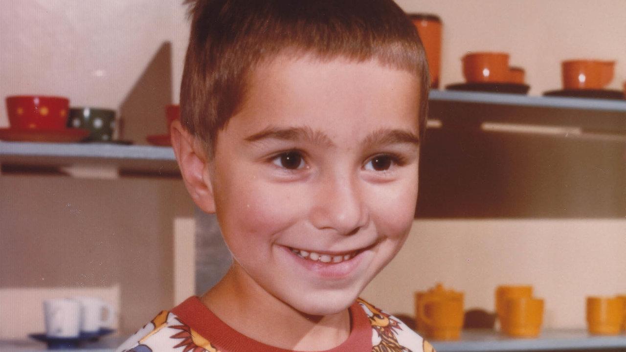 Jako malého chlapce zneužil Lukáše Houdka starší kluk zesousedství. O21 let později se rozhodl straumatem vyrovnat tím, že pro pachatele vytvořil album fotek zdětství.