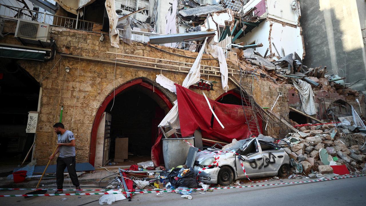 Úklid. Veměstě probíhají poexplozi úklidové práce, problémů má ale Libanon víc než dost.