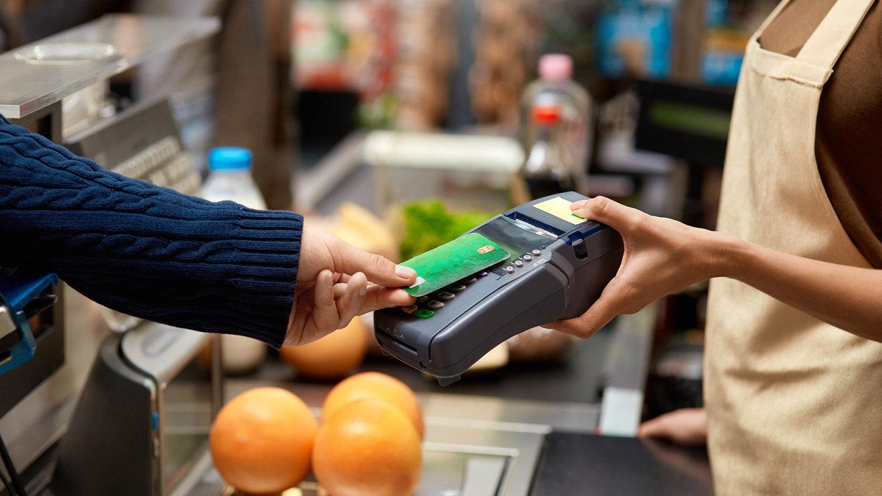 VČesku vprvní polovině tohoto roku počet plateb kartou vzrostl oproti stejnému období vroce 2019 o19 procent.