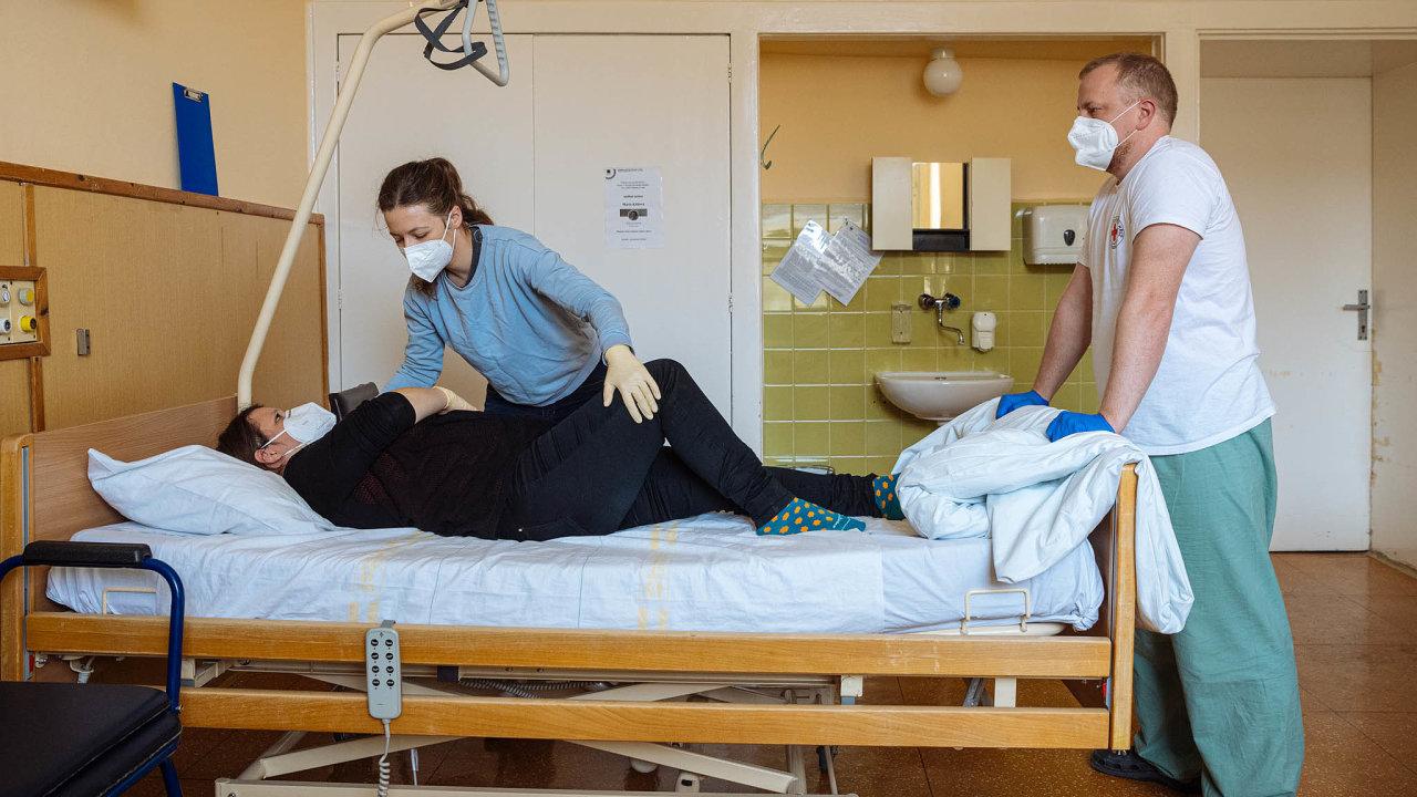 Tisíce Čechů chtějí pomáhat nemocným. Jsou pro ně připraveny například jednodenní kurzy Českého červeného kříže.