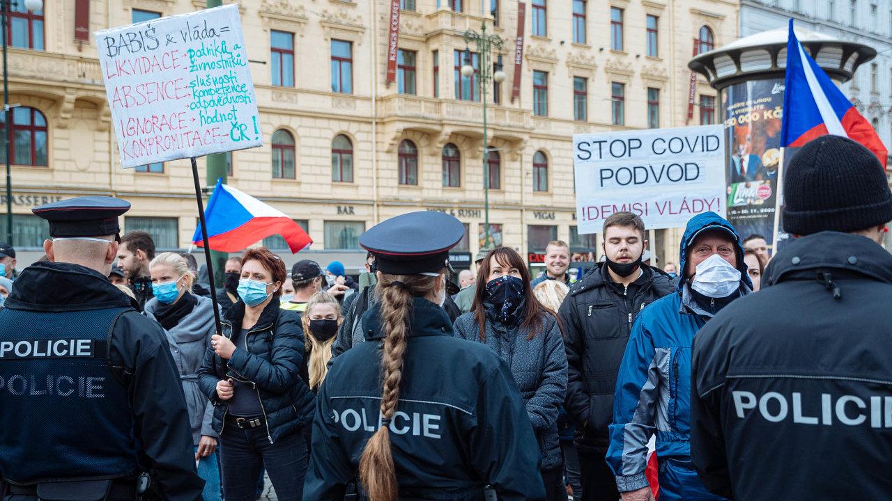 Odpor proti vakcínám je součástí dezinformačního proudu, který odmítá omezující opatření proti koronavirové pandemii. VČesku se hnutí nejvíc zviditelnilo násilným protestem naStaroměstském náměstí.