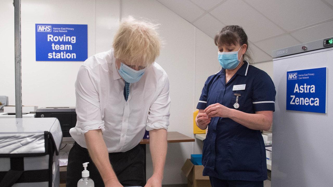 Aje tady. Premiér Boris Johnson spolu se zdravotní sestrou kontroluje, jak je vakcína AstraZenecy připravená.