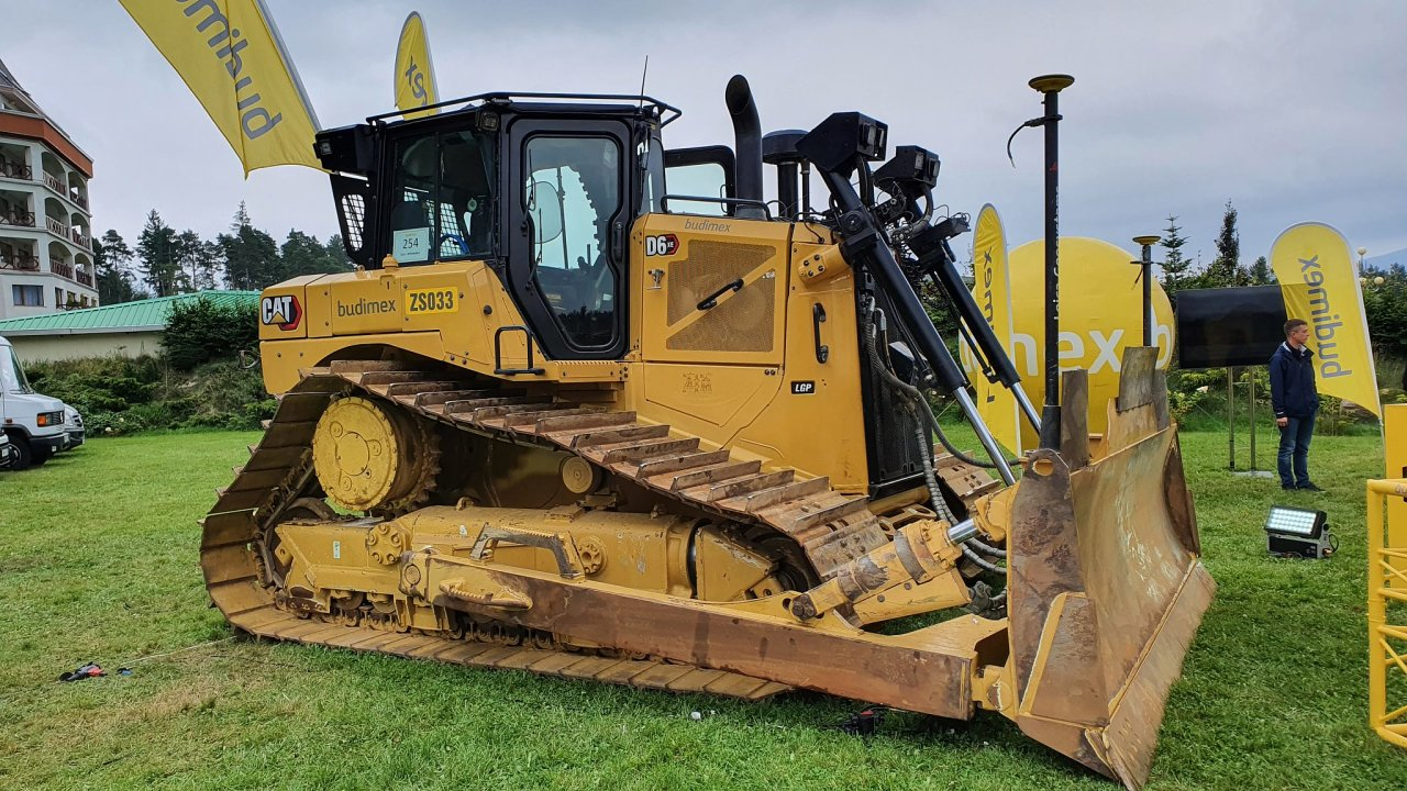 Elektrický buldozer firmy Caterpillar