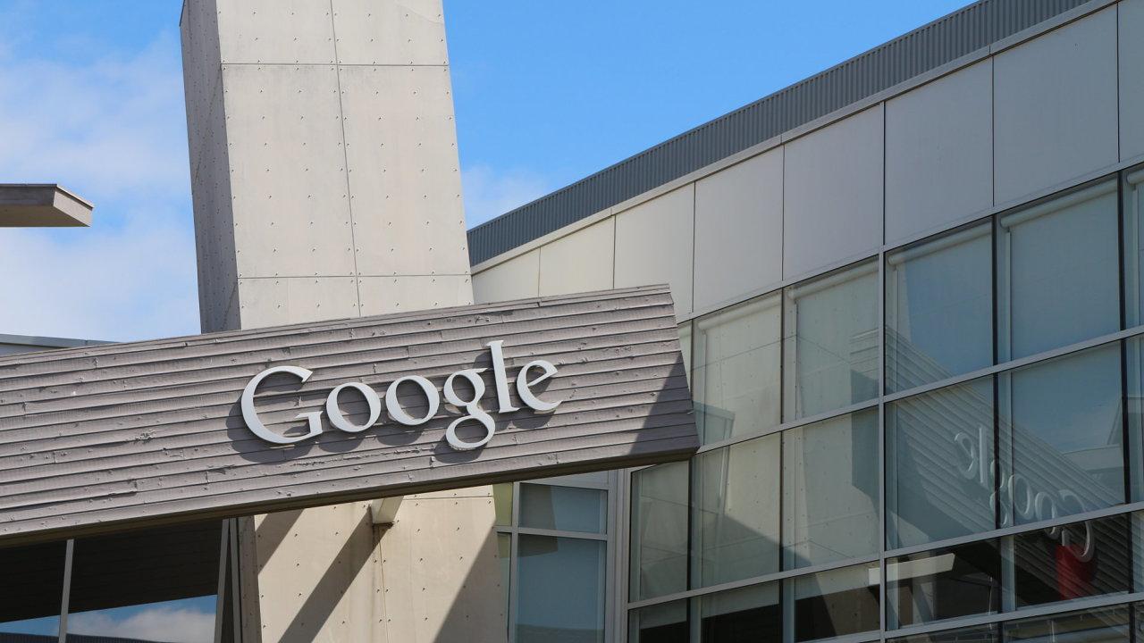 Logo Googlu na jedné z budov v Mountain View