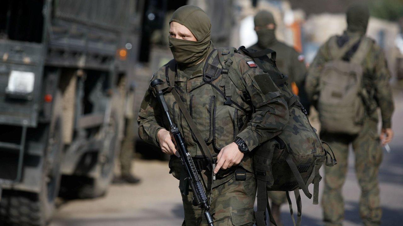 Polští vojáci na hranicích s Běloruskem.